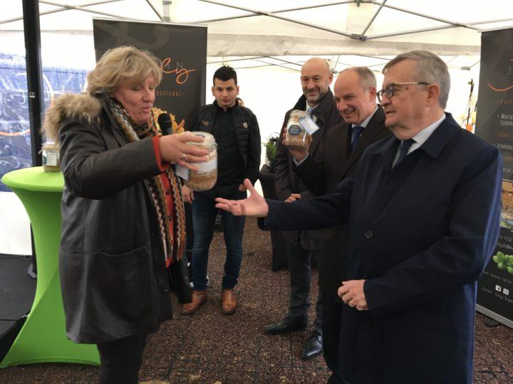 Pascale Huygue-Doyère remet les bocaux à Marc Lecerf et Michel Patard-Legendre